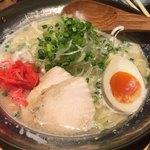 個室居酒屋 地鶏ともつ鍋の 丸九 - とんこつラーメン