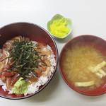 柳橋食堂 - 海鮮丼670円。 油揚げの味噌汁とたくあん付き。