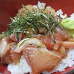 柳橋食堂 - 昔からの名物は、漬けにした色々な魚の切り落としミックスがのった海鮮丼です。