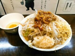麺屋 歩夢 - 小ラーメン 750円 コールはヤサイ、にんにく、アブラ。右に見えるたっぷり量のショウガは50円。生たまごも50円。