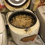ビック鯛はのぼる - 味噌汁のジャー、具はお揚げと玉ねぎ。