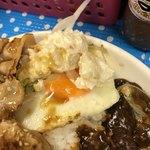 ビック鯛はのぼる - 御飯の上部に目玉焼きとポテサラ。