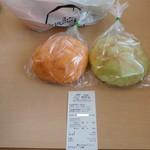 小麦館 - 料理写真:左がメロンクリーム・右がメロンパン