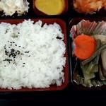 旭川市役所 地下食堂 - 煮物も美味しそう!
