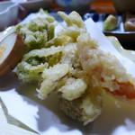 民宿ふじや - 山菜天ぷら。全部地物。