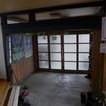 民宿ふじや - 玄関。120年家屋の貫禄です。