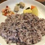 84386302 - 雑穀ご飯と付け合わせの新たけのこのスパイスオイル和え、大根と人参と高野豆腐のスパイス煮、野菜のピクルス