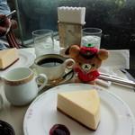 ティー&カクテルラウンジ - ケーキセット。チーズケーキとコーヒーを選びました。