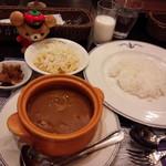 横須賀海軍カレー本舗 - 京急電鉄のよこすか満喫きっぷ利用。よこすか海軍カレープレート。カレー、福神漬け、マカロニサラダ、牛乳、コーヒーです。
