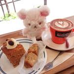 バン コーヒー バイロン ベイ - カプチーノ、キャロットケーキ、コーヒーチャイパウンドケーキ。
