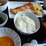 日本料理 嘉助 - 季節の小鉢・香の物・炊き合わせ・焼き魚・白米・味噌汁