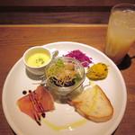 Italian kitchen VANSAN - ランチ前菜プレート、グレープフルーツジュース(2018/04/18撮影)
