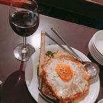 ゴチ - 並々グラスワインとガパオ