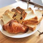 84393909 - 下段:5種類のパン