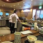串匠 - お店はカウンター越しに揚げたての串揚げが食べられる人気店、この日も12時前には客席は満席になってました。
