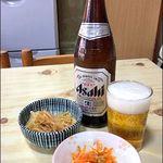 丸はし - 料理写真:ビール中瓶500円(お野菜のお惣菜2品付き)