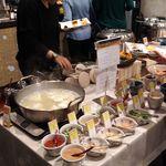 東急ステイ - 朝食バイキング1、左の鍋は湯豆腐