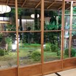 がんこ - 座敷から中庭を見る