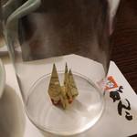 がんこ - 伏せたグラスの中には折り鶴、心配りの形