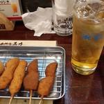 串カツ専門店 馬力 - (左から2本ずつ)ミニトマト・鶏もも・じゃがいもで緑茶ハイを一杯