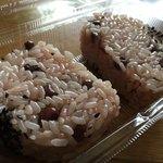 だんごの輪島 - 赤飯のおにぎり