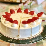84411818 - ショートケーキ@大きなカット。ふんわりジェノワーズの間にいちご。優等生ショートケーキ