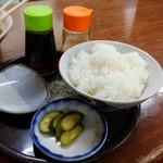平和園 - 白ごはん+胡瓜漬物。