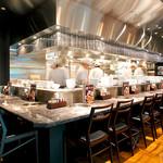 焼肉チャンピオン - カウンター席:オープンキッチンに対面しているカウンター席は、当店の特等席です。