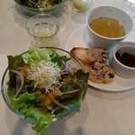 84427672 - ランチにつくミクソロジージュース、サラダ、前菜。