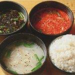 亀戸ホルモン - 【コムタンスープ】ノーマル塩味「白」、唐辛子入り「赤」、焦がしネギ入り「黒」からお好みで〆にどうぞ。