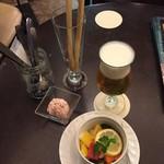 サニーサイド - グラスビール430円、ピクルス518円、お通しのグリッシーニ
