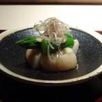 菊鮨 - ◆煮ホタテ、アスパラ 青唐辛子入りの辛子酢味噌で。 煮ホタテはホタテの旨みを感じ、辛子酢味噌の味わいもよく美味しい。