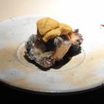 菊鮨 - ◆鮑酒蒸し 雲丹のせ 肝ソースで 鮑を低温で3時間蒸した後、薄く衣をつけて揚げてあります。