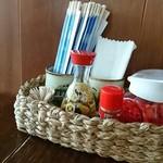 沖縄そば おおしろ - テーブルにはコーレーグース、七味、紅生姜
