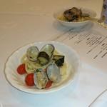 ホテルオークラ東京 - パルミジャーノ・レッジャーノで合えたスパゲッティに熊本県産アサリ、トマト、長ナスのエチュヴェ