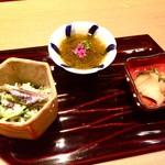 84443970 - 左から秋田のカタクリの白和え、能登産もずく酢、兵庫のニシ貝煮。片栗の地上部を頂くなんて現代では贅沢。能登のモズクにはシソの花が添えられ香りの相性抜群。