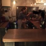 シャンパーニュと自然派ワイン hapo - こじんまりとした居心地の良い雰囲気でしたね