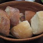 ハイヴカフェ - おかわり自由のパン♪♪
