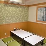 とんかつと和食の店 長八 - 最大6名の4畳半個室。2部屋あり、つなげて12人席にもなります。