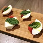 Cheese Meets Meat - 新鮮トマトとモッツアレラチーズのカプレーゼ(780円)