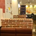 支留比亜珈琲店 - 入り口に近い方のボックス席は、レンガ風なパーティションで仕切られている。