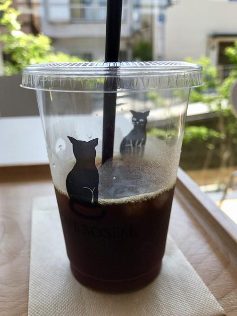 カフェ・ソウセキ - コーヒーが減ったら後ろ姿の黒猫も現れ見つめ合う2匹