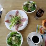 84466259 - 鴨の燻製オードブル・自家農園の有機肥料低農薬野菜のサラダ・おかわり自由のコーヒー