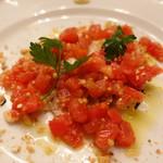 ピッツェリア・サバティーニ - 紅茶風味のスモークチキン完熟トマトと粒マスタードのケッカソース春キャベツのマリネ添え