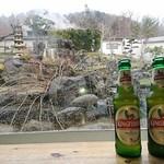 84478644 - キングフィッシャーとレストランからの景色、庭の向こうに温泉がある