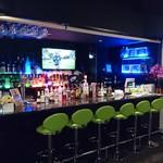 FAIRWAY CLUB - エントランス、バーカウンターはラグジュアリーな雰囲気。