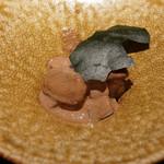 エクアトゥール - ホタルイカのソース、フォアグラ、筍、のりのチップス