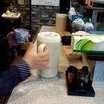 片桐 - 調味料とセルフサービスの麦茶