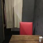 博多鯖郎 - エレベーターを降りたら直ぐ店舗になった店内は個室感覚で料理を楽しむ事が出来ます。