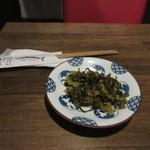 博多鯖郎 - 注文すると最初に高菜の炒め物がテーブルに運ばれて来ました。